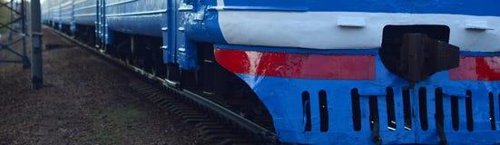 Oude sovjet elektrische trein met verouderd ontwerp die zich per spoor bewegen stock foto's