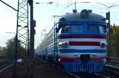 Oude sovjet elektrische trein met verouderd ontwerp die zich per spoor bewegen stock afbeeldingen