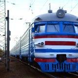 Oude sovjet elektrische trein met verouderd ontwerp die zich per spoor bewegen stock foto