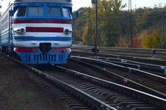 Oude sovjet elektrische trein met verouderd ontwerp die zich per spoor bewegen royalty-vrije stock foto's