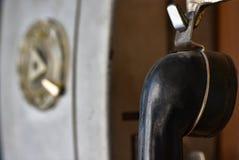 Oude Sovjettelefoonpayphone met een schijf dialer, roept de speciale retro diensten, omhoog sluit stock foto