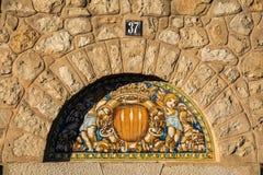 Oude Spaanse decoratieve keramiekboog op een oude voorgevel royalty-vrije stock foto