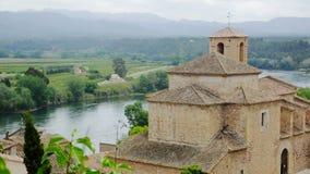 Oude Spaanse kerk die zich op een heuvel dichtbij de bergen in Catalonië bevinden stock videobeelden