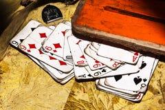 Oude speelkaarten op vuile oppervlakte stock foto's