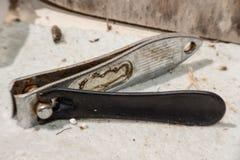 Oude spijkerbuigtang die roestig is stock afbeelding