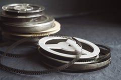 Oude spoelen met zwart-witte film Stock Foto's