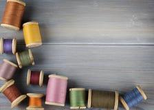 Oude spoelen van draad op houten achtergrond Royalty-vrije Stock Afbeeldingen