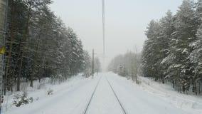Oude spoorweg in de winterbos tijdens sneeuwstorm stock video