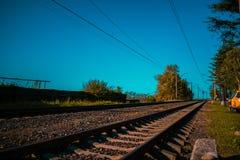 Oude Spoorweg in een klein dorp stock afbeeldingen