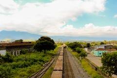 Oude spoorweg in een kleine stad Stock Afbeeldingen