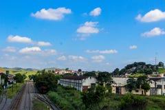 Oude spoorweg in een kleine stad Royalty-vrije Stock Afbeeldingen
