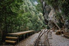 Oude spoorweg of spoorwegweg in berglandschap royalty-vrije stock fotografie