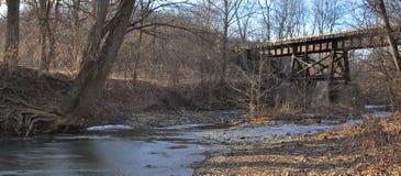 Oude Spoorwegbrug die een rivier kruisen stock foto's