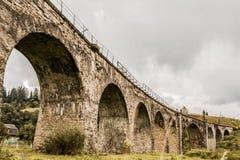 Oude spoorwegbrug in Karpatische bergen Royalty-vrije Stock Afbeeldingen