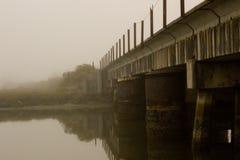 Oude spoorwegbrug op een mistige ochtend Royalty-vrije Stock Afbeeldingen