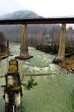 Oude spoorwegbrug over de snelle bergrivier stock afbeelding
