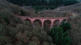 Oude spoorwegbrug, viaduct - satellietbeeld stock videobeelden