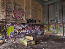 Oude sporthal met graffiti Stock Afbeelding