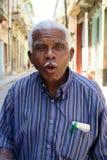 Oude sprekende vriendschappelijke mens van Havana, Cuba stock fotografie
