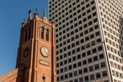 Oude St Mary kathedraal naast de moderne en lange gebouwen van het financiële district in San Francisco stock foto's