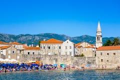 Oude stad Budva, Montenegro Panorama van oud stad en strand stock foto's