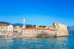 Oude stad Budva, Montenegro Panorama van oud stad en strand stock fotografie