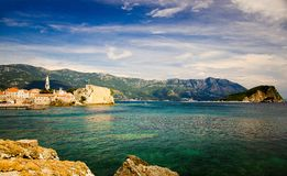 Oude stad Budva, Sinterklaas-eiland en Adriatische Riviera, Monten stock afbeelding