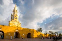 OUDE STAD CARTAGENA, COLOMBIA - September 20 2013 - Toeristen en plaatselijke bewoners die binnen de oude stad in Cartagena lopen Royalty-vrije Stock Afbeelding