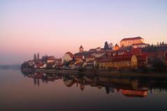 Oude stad door de rivier Stock Afbeelding