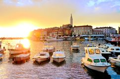 Oude Stad en haven bij zonsondergang, Rovinj, Kroatië Stock Fotografie