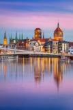 Oude stad in Gdansk en loopbrug over Motlawa-rivier stock fotografie