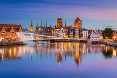 Oude stad in Gdansk en loopbrug over Motlawa-rivier stock afbeeldingen