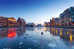 Oude stad in Gdansk met bevroren rivier Motlawa Stock Afbeelding