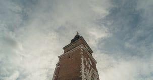 Oude Stad Hall Tower met klok Achtergrondwolken Timelapse stock videobeelden