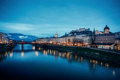 Oude stad met Hohensalzburg-kasteel en Salzach-de avond van Riviersalzburg stock foto