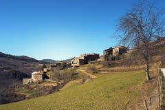 Oude stad op de helling van de vallei stock fotografie