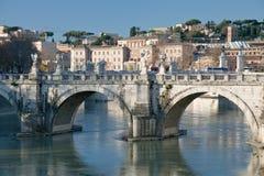 Oude stad (Rome) door brug op Tiber Stock Fotografie
