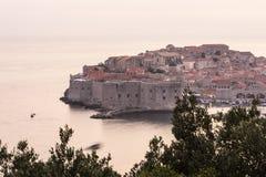 Oude stad van Dubrovnik bij zonsondergang stock foto's