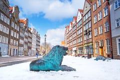Oude stad van Gdansk in de winterlandschap met leeuwstandbeeld Stock Foto's