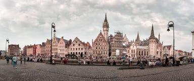 Oude stad van Gent met rustende mensen op de kade stock afbeeldingen