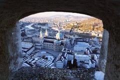 Oude stad van Hohensalzburg-kasteelvenster en Kathedraal in Salzburg stock afbeeldingen