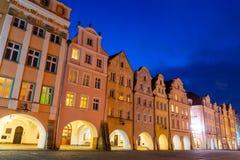 Oude Stad van Jelenia Gora in avond, Polen Stock Foto