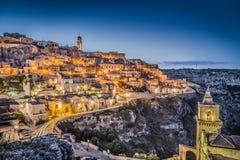 Oude stad van Matera bij schemer, Basilicata, zuidelijk Italië royalty-vrije stock foto