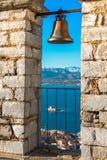 Oude stad van Nafplion in de mening van Griekenland van klokketoren, met betegelde daken, klein haven en bourtzikasteel op de Mid Stock Afbeelding