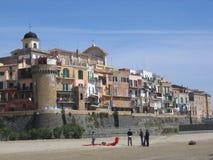 Oude stad van Nettuno op het strand met mensen met een rode vlieger Italië Stock Foto