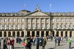 Oude stadhuis en pelgrims in Santiago de Compostela stock fotografie