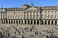 Oude stadhuis en toeristen in Santiago de Compostela stock afbeeldingen