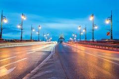 Oude Stadsbrug ` Staromiejski ` met lichte slepen en observatietoren bij zonsopgang Stock Afbeelding