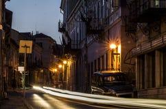 Oude stadshoofdstraat bij nacht Royalty-vrije Stock Afbeeldingen