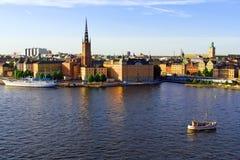 Oude stadshorizon en boten op water Royalty-vrije Stock Foto's